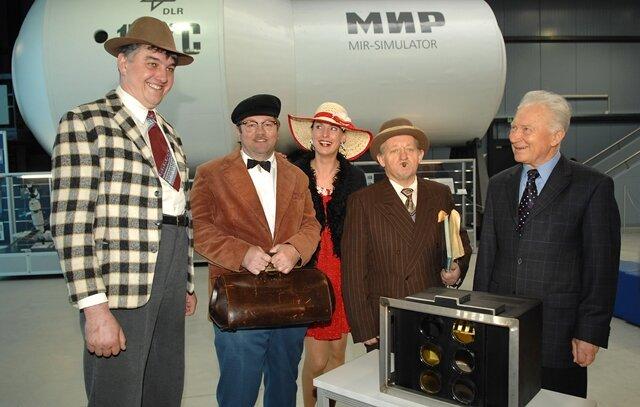 <p>Dreharbeiten mit der Olsenbande und Sigmund Jähn 2008&nbsp;in der Halle der Raumfahrtausstellung in Morgenröthe- Rautenkranz.</p>