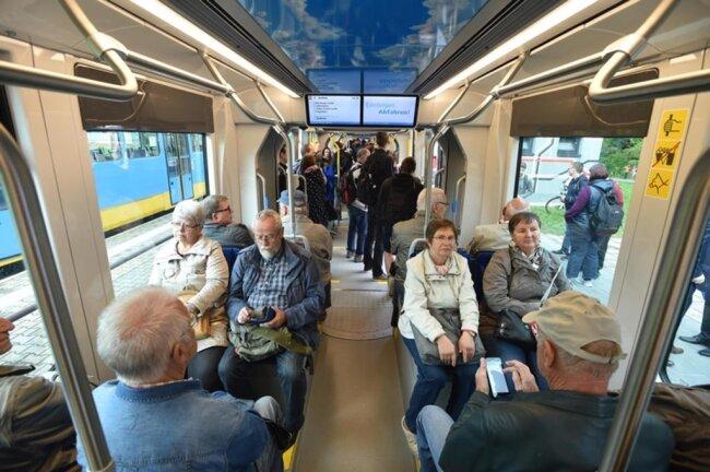 <p>&nbsp;Anfang des Jahres hatte sich das Nahverkehrsunternehmen Chemnitzer Verkehrs-AG noch optimistisch gezeigt, dass die ersten Bahnen bereits im Frühjahr dieses Jahres im regulären Linienbetrieb zum Einsatz kommen würden.</p>