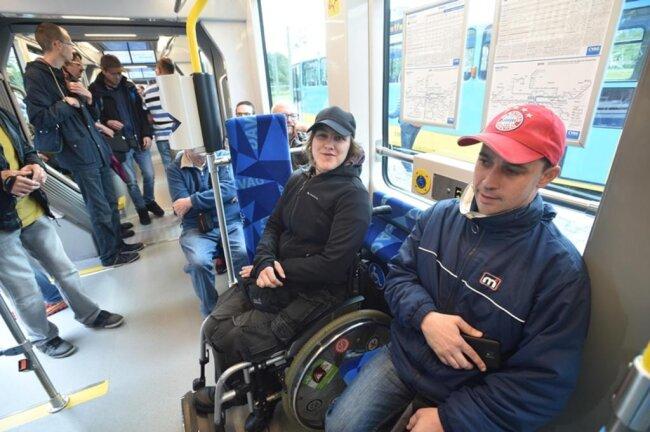 <p>Vor allem Ältere, Fahrgäste mit Behinderungen und Eltern mit Kinderwagen klagten immer wieder über beschwerliches Ein- und Aussteigen. Das ist nun passé.</p>