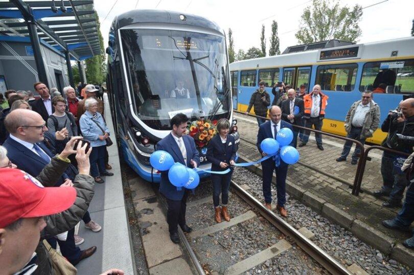 """<p>Verfolgt von zahlreichen Schaulustigen begann die Bahn vom Typ """"Skoda For City"""" ihre Fahrt um 10.41 Uhr auf der Linie 5 von Gablenz in Richtung Hutholz.</p>"""