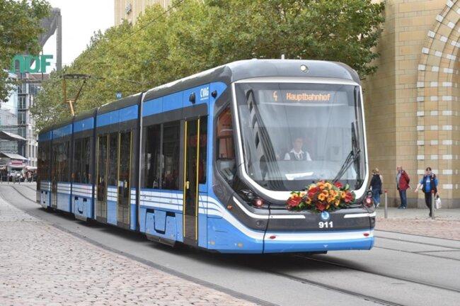 <p>Insgesamt 14 der in Tschechien hergestellten neuen Niederflurbahnen sollen in den kommenden Monaten nach und nach die noch aus DDR-Zeiten stammenden Tatra-Bahnen ersetzen.</p>