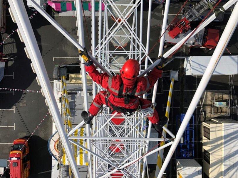 <p>Bevor am Freitagnachmittag das Herbstvolksfest beginnt, trainierte die Höhenrettungsgruppe der Feuerwehr am Riesenrad auf dem Volksfestgelände.</p>