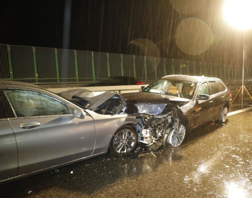<p>Ein 68-Jähriger fuhr am Donnerstagabend aus noch ungeklärter Ursache in eine Mittelleitplanke und drehte sich mit seinem Wagen.</p>