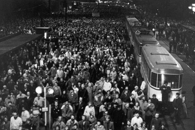 """<p>Die Leipziger Montagsdemonstration vom 9. Oktober 1989 markierte einen Wendepunkt: Die Staatsmacht hatte all ihre Instrumente aufgefahren, um den Widerstand zu brechen, verzichtete aber letztlich darauf, gegen die 70.000 Demonstranten vorzugehen. Eine wichtige Rolle spielten Mahnungen zur Gewaltlosigkeit, darunter auch der Aufruf der """"Leipziger Sechs"""", der vom wohl prominentesten Leipziger jener Tage, dem Gewandhauskapellmeister Kurt Masur, im städtischen Rundfunk verlesen wurde.</p>"""