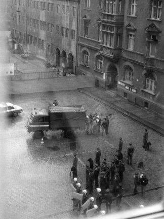 <p>Das Foto zeigt DDR-Polizisten, bewaffnet mit Schlagstöcken,&nbsp;Hunden und Schilden, bei der Festnahme oppositioneller Demonstranten am 7. Oktober 1989.&nbsp;</p>