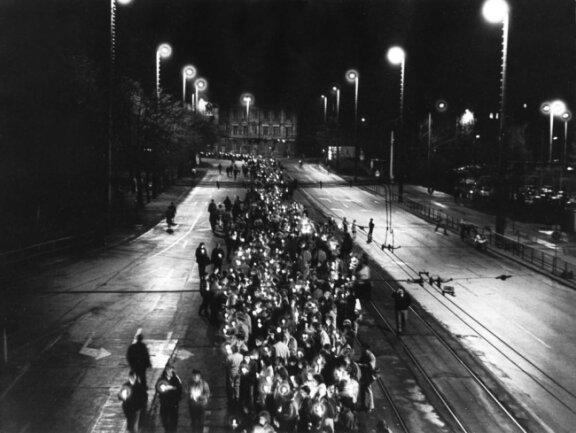<p>Mit Kerzen in den Händen laufen Demonstranten der DDR-Bürgerbewegung auf dem Leipziger Ring, aufgenommen im September 1989. Die sogenannten Montagsdemos in Leipzig waren der Beginn der Wende und der friedlichen Revolution in der DDR und der bis dahin größte Protest der DDR-Demokratiebewegung.</p>