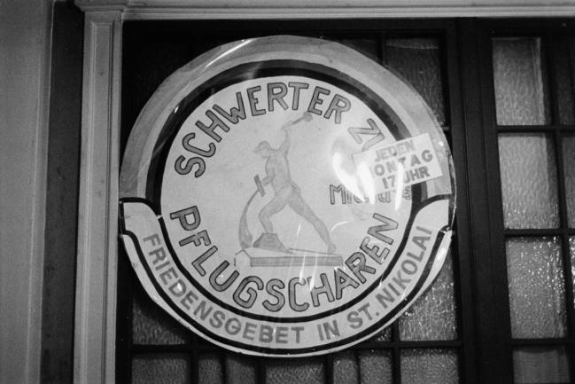 """<p>Sechs Jahre lang fanden in der Leipziger Nikolaikirche Friedensgebete unter dem Zeichen der christlichen ostdeutschen Friedensbewegung """"Schwerter zur Pflugscharen"""" statt, an die sich im Herbst 1989 die Montagsdemonstrationen anschlossen. Sie trugen maßgeblich zum Zusammenbruch des SED-Staates bei.&nbsp;</p>"""