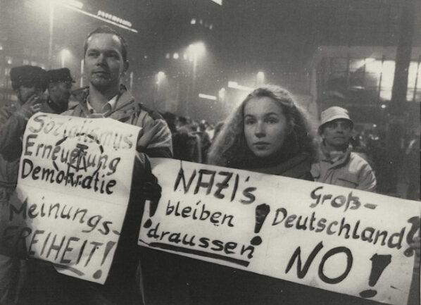 <p>Schon zur Montagsdemonstration am 4. Dezember&nbsp;wurden unterschiedliche&nbsp;<br /> Haltungen zur Frage der deutschen Wiedervereinigung sichtbar, die Bundeskanzler Helmut Kohl mit seinem Zehn-Punkte-Plan vom 28. November 1989 aufgeworfen hatte.</p>