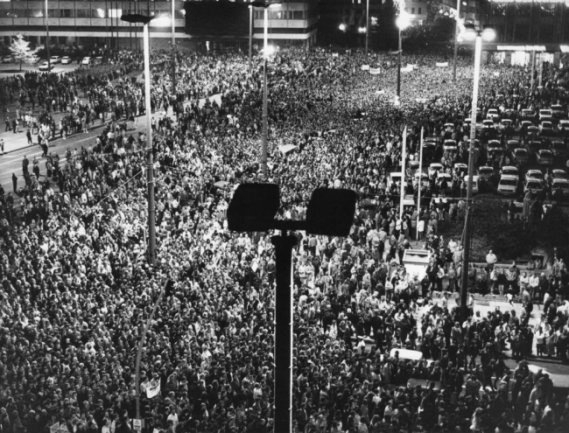 <p>Menschenmassen stehen am 16. November während der Montagsdemonstration auf dem Leipziger Karl-Marx-Platz. Über 100.000 DDR-Bürger nahmen das erste Mal bei einer Montagsdemonstration in Leipzig für eine demokratische Erneuerung der DDR teil.</p>