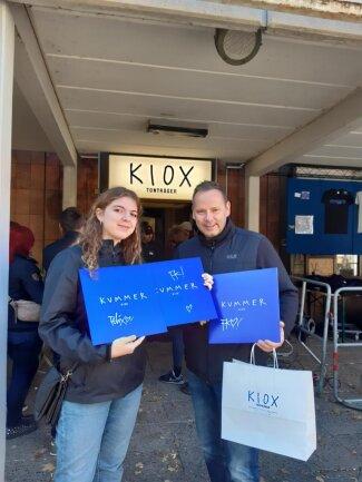 <p>Marie Fiedler und ihr Vater Uwe Prochnow freuen sich über die erworbenen Platten und fahren nach dem Kauf direkt wieder zurück nach Hoyerswerda.</p>