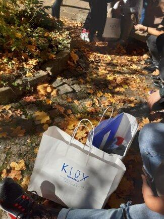 <p>Die weißen Kiox-Tüten sieht man in der ganzen Stadt.</p>