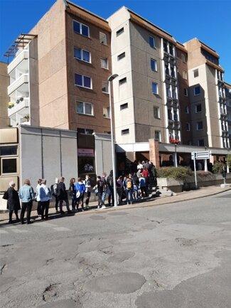<p>Bereits 11 Uhr reichte die Warteschlange fast bis zum Ende des Häuserblocks. 14 Uhr standen die Fans dann sogar weit über das Ende der überdachten Passage hinaus.</p>