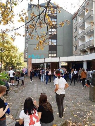 <p>Etwa eine Stunde Wartezeit mussten die Fans am Sonntag in Kauf nehmen. Am Samstag waren es noch um die drei Stunden.&nbsp;</p>