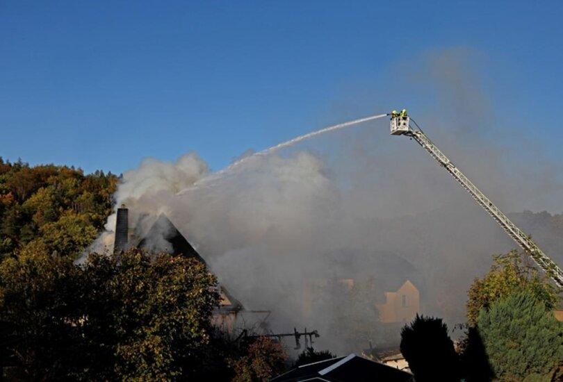 <p>Kurz vor 15 Uhr wurden die Feuerwehren in Lichtenstein und Heinrichsort alarmiert, auch die Kameraden aus Bernsdorf eilten zum betroffenen Gebäude an der Hauptstraße.</p>