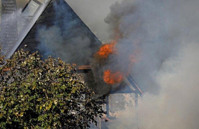 <p>Aus noch unbekannter Ursache war eine Scheune in Brand geraten. Beim Eintreffen der Wehren brannte sie bereits in voller Ausdehnung. Wenig später griffen die Flammen auf den Dachstuhl des Wohnhauses (im Bild) über.</p>