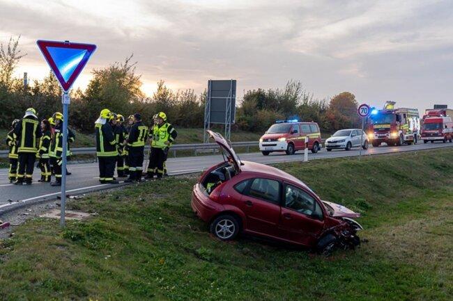<p>Die Fahrerin eines Citroen hatte von Treuen kommende in Richtung Rodewisch abbiegen wollen. Dabei kam es offenbar zur Kollision mit einem Audi. Der Citroen landete im Graben.</p>