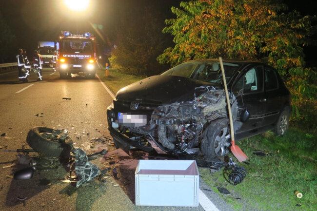 <p>Nach ersten Informationen hatte ein VW versucht, in Fahrtrichtung Autobahn einen mit Anhänger fahrenden Nissan zu überholen und dabei einen entgegenkommenden Peugeot übersehen.</p>  <p>&nbsp;</p>