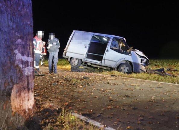<p>Das Fahrzeug prallte frontal gegen einen Baum.</p>