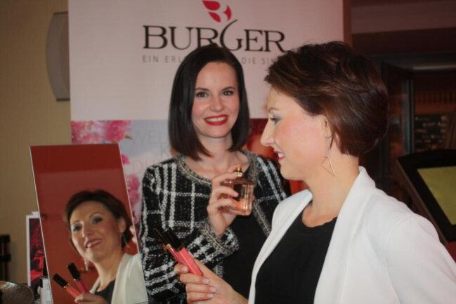 <p>Die Kosmetik-Expertinnen Lisa&nbsp;Burger (vorn) und Claudia Kratsch</p>