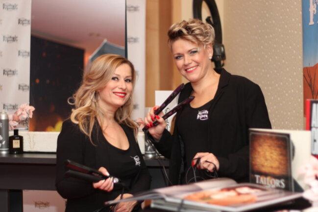 <p>Von links: Tina Siegmund und Jana Schönburg kümmerten sich um die Haare der Gäste</p>