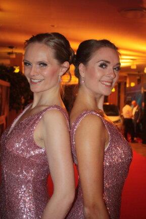 <p>Hanka Kühn und Madeleine Teubert (von links) begrüßten die Gäste</p>