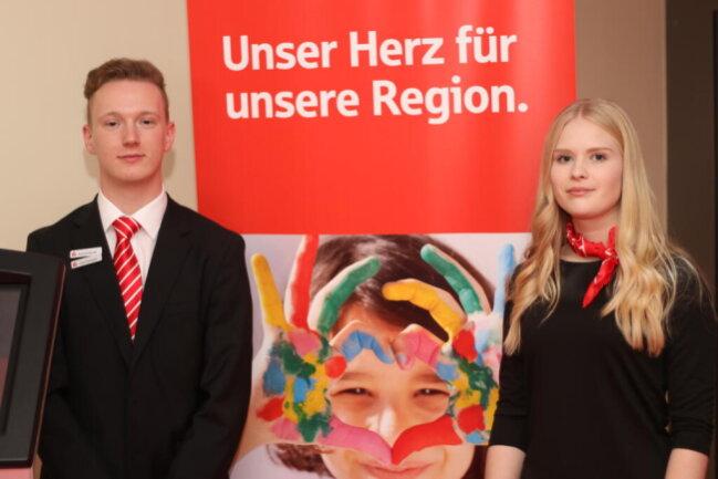 <p>Die Sparkassen-Azubis Leon Karmann und Nina Lenk</p>