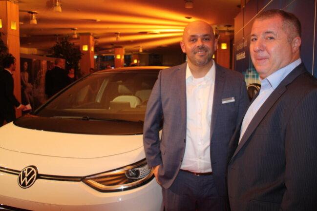 <p>Andreas Müller und Lutz Feustel (von links) präsentierten ein neues Elektroauto aus dem Hause VW</p>