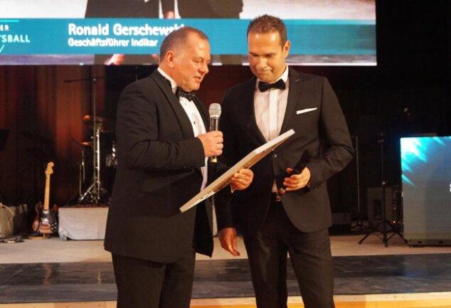 <p>Zwickaus IHK-Präsident Jens Hertig überreichte Ronald Gerschewski den IHK-Förderpreis 2019.</p>