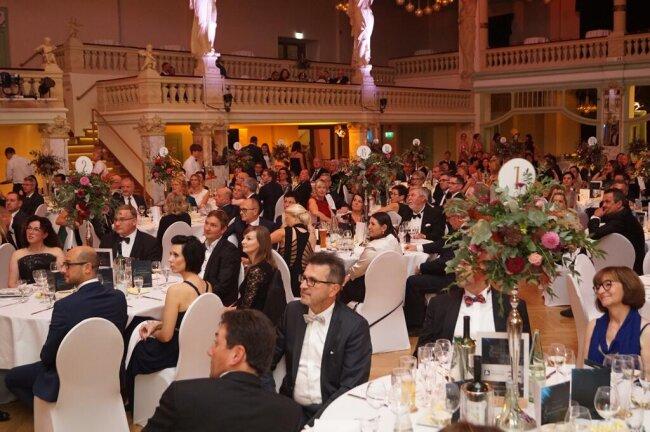 <p>Vollbesetzt waren Tische und Stühle beim diesjährigen Ball.</p>