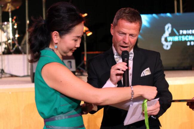 """<p>Saruul Fischer nimmt ihren Preis von zwei Schnupperabos des Theaters Plauen-Zwickau sowie zwei Tickets für die Neuauflage von """"Classics unter Sternen"""" 2020 von Moderator André Hardt entgegen.</p>"""