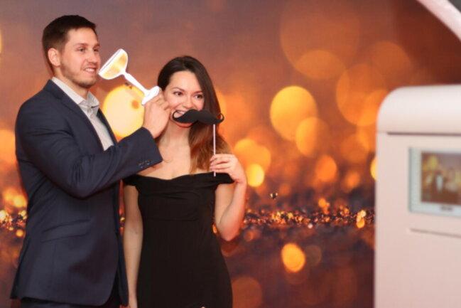 <p>Nikol Krautwurnova und Ondrej Zacek posieren vor ihrer Fotobox.</p>