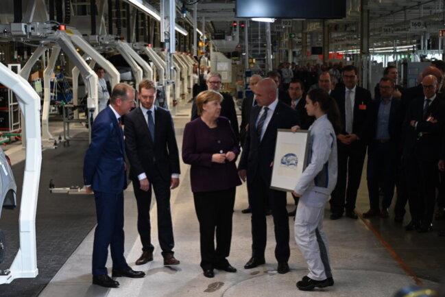 <p>Bundeskanzlerin Angela Merkel in der ID.3-Fertigung.&nbsp;</p>