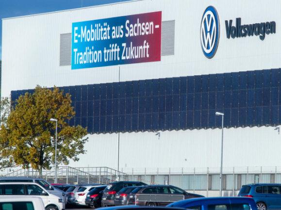 """<p>""""E-Mobilität aus Sachsen - Tradition trifft Zukunft"""" steht draußen am VW-Werk.</p>"""