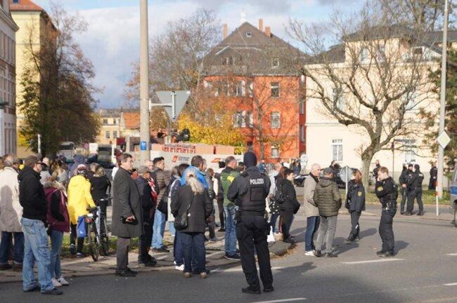 <p>Schaulustige und Gegendemonstranten versammeln sich in der Nähe der Gedenkstätte.&nbsp;</p>