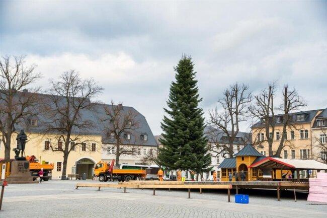 <p>Seit Montag laufen auch die Vorbereitungen für die Eisbahn, die zum vierten Mal Teil des Marienberger Weihnachtsmarktes sein wird.</p>