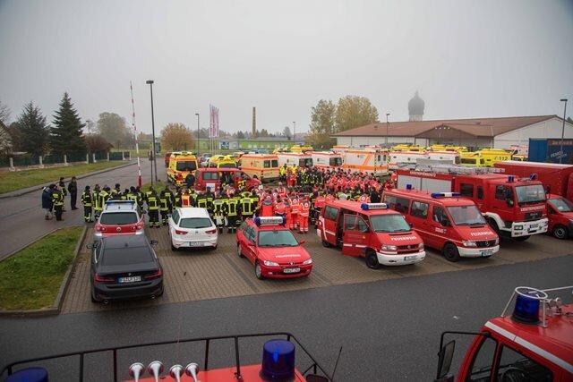 """<p>Wie das Landratsamt Mittelsachsen am Samstag mitteilte, steht im Mittelpunkt der Übung der Umgang mit einer Vielzahl von Verletzten, die mit einer gefährlichen Substanz in Berührung gekommen sind.</p>  <p>An der Übung beteiligt sind unter anderem die Wehren der Stadt Großschirma, Gefahrgutzüge, der Erkundungszug, Schnelleinsatzgruppen, Rettungsdienste, die City Bahn Chemnitz sowie Einsatzkräfte der Bundes- und Landespolizei. """"Erstmals widmen wir uns diesem Thema und es ist eine große Herausforderung für die zum Großteil ehrenamtlichen Helfer. Und dies ist immer wieder sehr bewundernswert, mit welchem Engagement und welcher Leidenschaft sich diese Menschen einbringen und was sie für die Bevölkerung leisten"""", so Landrat Matthias Damm.</p>"""
