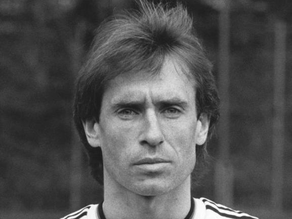 <p>Der ehemalige Bayern- und Nürnberg-Profi Norbert Eder ist am 2. November verstorben. Dies bestätigte die Familie des ehemaligen Fußball-Nationalspielers dem 1. FC Nürnberg. Eder starb im Alter von 63 Jahren nach einer schweren Krankheit.</p>