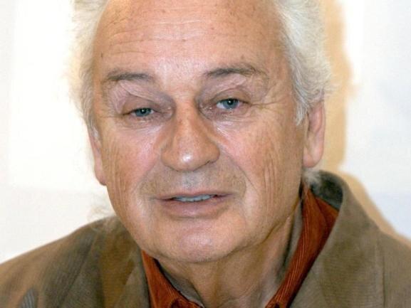 <p>Der Schriftsteller Ernst Augustin, der auch Arzt und Psychiater war, ist verstorben. Der Autor von Büchern wie «Die Schule der Nackten» und «Robinsons blaues Haus» ist am 3. November im Alter von 92 Jahren in München gestorben.</p>