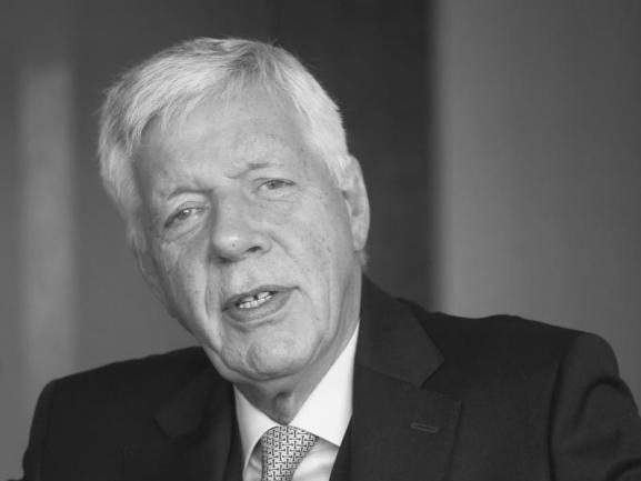 <p>Er war Gerhard Schröders Wirtschaftsminister und hat den Weg zum Ausstieg aus Atomkraft und Steinkohle geebnet. Werner Müller ist am 15. Juli im Alter von 73 Jahren gestorben.</p>