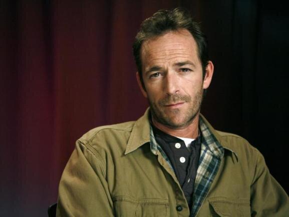 <p>Als Herzensbrecher Dylan McKay in der 90er-Jahre-Serie «Beverly Hills, 90210» wurde Luke Perry weltbekannt. Heutige und frühere Kollegen sind geschockt über seinen frühen Tod. Er starb am 4. März.</p>