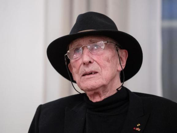 <p>Manche sagen über ihn, er habe mehr als nur ein Leben gelebt: Tomi Ungerer ist für seine Kinderbücher bekannt - doch seine Arbeit war auch politisch und erotisch. Besonders am Herzen lag ihm die deutsch-französische Freundschaft. Er starb am 9. Februar mit 87 Jahren.</p>