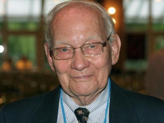 <p>Sein erstes Berufsziel war die Musik. Doch nach dem Krieg begann er ein naturwissenschaftliches Studium und erhielt später den Nobelpreis für Chemie: Manfred Eigen war einer der vielseitigsten deutschen Forscher. Er starb am 6. Februar.</p>