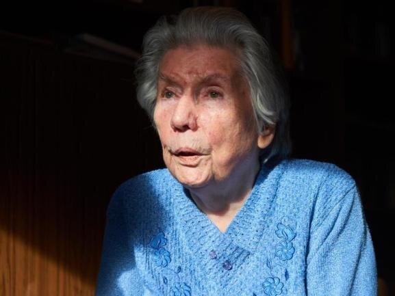 <p>Die Schriftstellerin Vera Friedländer, die sich als Mädchen an einer erfolgreichen Protestaktion gegen die Nazis beteiligte und später als Zwangsarbeiterin in einer Schuhfabrik versklavt wurde, ist gestorben. Die Autorin starb am 25. Oktober im Alter von 91 Jahren.</p>