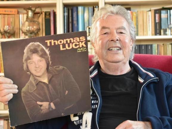 <p>Ob solo oder im Duett mit Andreas Holm: Thomas Lück zählte zu den beliebtesten Schlagerstars in der DDR. Nach dem Mauerfall musste er den Job wechseln - doch Jahre später kehrte er zurück auf die Bühne, die er liebte. Der Sänger starb am 10. Oktober.</p>