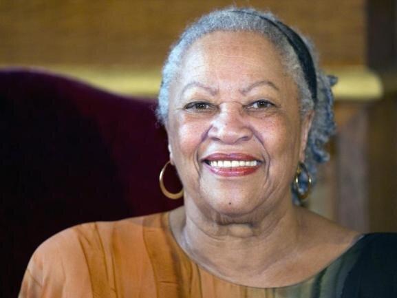 <p>Als erste Afroamerikanerin bekam Toni Morrison den Nobelpreis für Literatur verliehen. Zu den bedeutendsten Autoren der USA gehörte sie da schon lange. Morrison ist am 5. August im Alter von 88 Jahren gestorben. Ihre Mission sah sie bis zuletzt als nicht erfüllt an.</p>