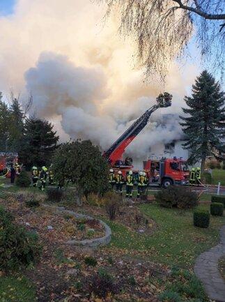 <p>75 Einsatzkräfte der Freiwilligen Feuerwehreen Zethau, Mulda, Helbigsdorf, Großhartmannsdorf und Brand-Erbisdorf waren laut Muldas Gemeindewehrleiter Gerd Saring im Einsatz.<br /> &nbsp;</p>