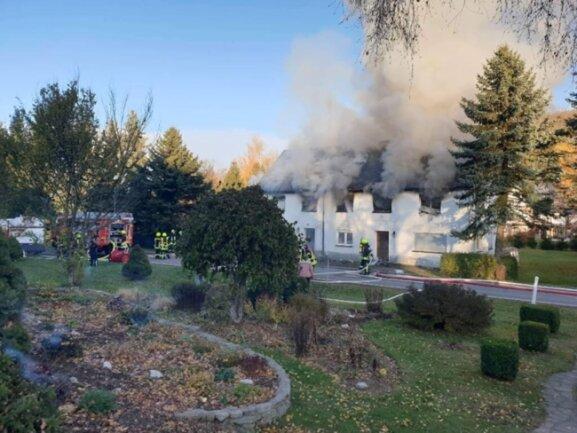 <p>Laut Polizei war das Feuer in dem zweistöckigen Mehrfamilienhaus gegen 14.45 Uhr ausgebrochen.</p>