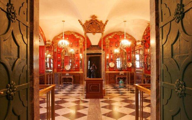 <p>Nach umfangreicher Rekonstruktion konnte das Historische Grüne Gewölbe 2006 wiedereröffnet werden.</p>