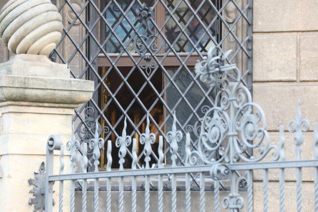 <p>Vermutlich durch dieses Fenster sind die Einbrecher ins Innere gelangt.</p>
