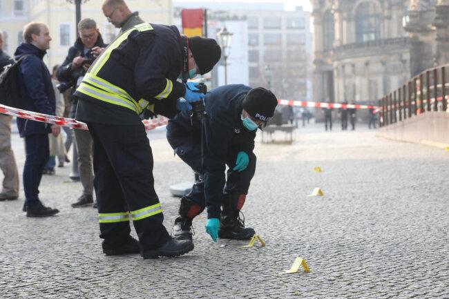 <p>Spuren der Einbrecher werden sichergestellt.</p>